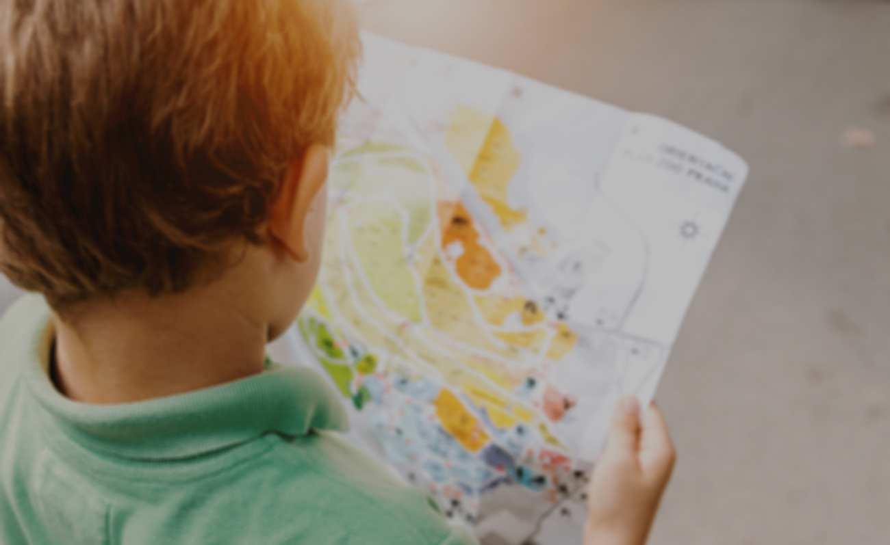 Kind beim Plan lesen